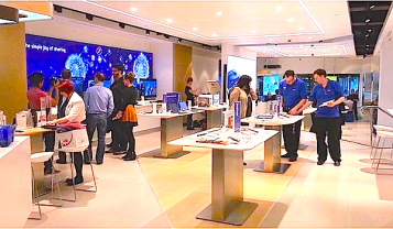 Did Samsung just copy Apple with teh Samsung Store?   Is the Samsung Experience too like the Apple store? Check out these two videos.