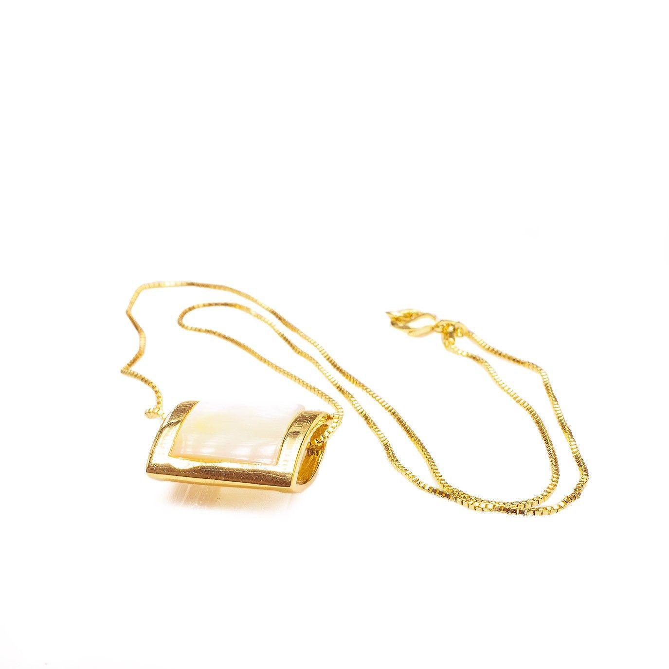 Colar madrepérola quadrado com borda em metal banhado a ouro 18k. R  53, a00dbc0ba8