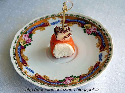 http://danieladiocleziano.blogspot.it/2012/03/involtini-di-caprino-salmone-e-pere.html