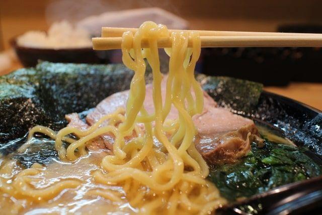 2019年11月18日冷凍麺話題の料理研究家リュウジの冷凍麺×コンビニ食材で作るアレンジレシピ「鶏と魚介のWスープ醤油ラーメン」についてまとめ