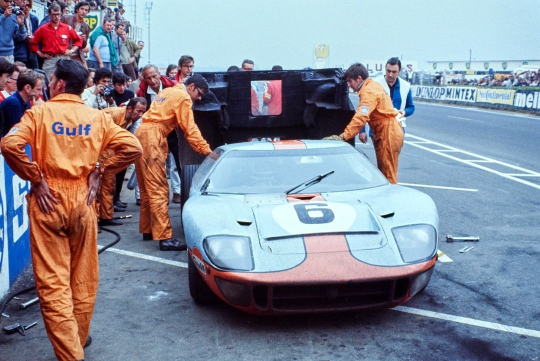 Pit Stop Pour Jackie Ickx Et Jackie Oliver Ford Gt40 Les