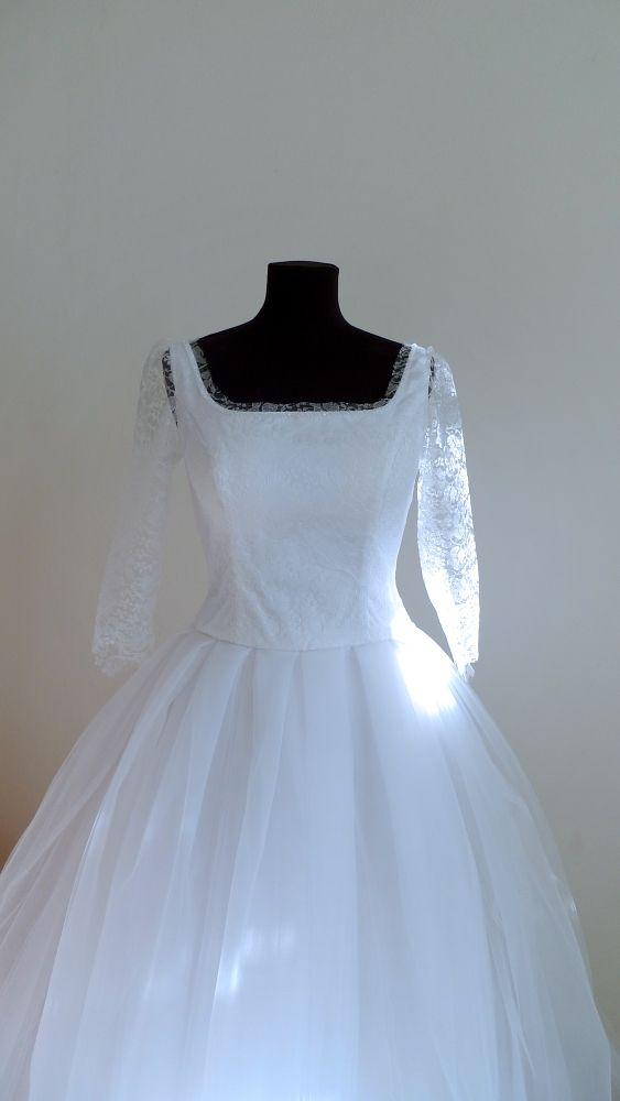 cde7ec3f5023 Svatební šaty s tylovou sukní Bílé svatební šaty s jemnou krajkou a  rukávem. Kolem výstřihu