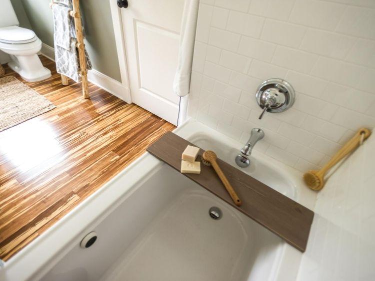 Badewannenhalterung aus Holz und Holzboden im Badezimmer | bad ...