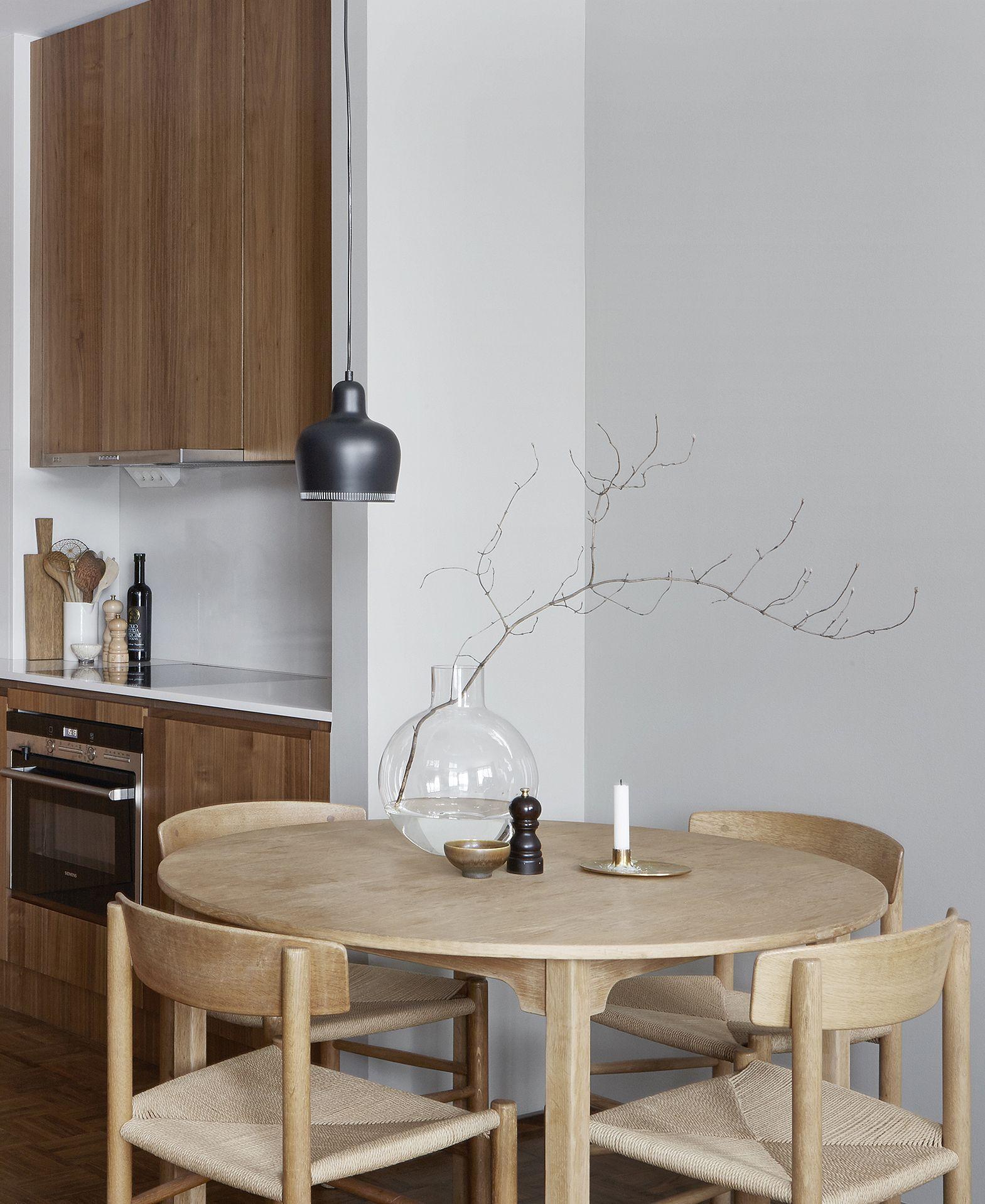 Stylish apartment in wood and grey | Mesa redonda, Cocinas y Mesas