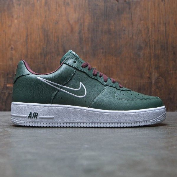 ... The Nike Air Force 1 Low Retro Men s Shoe celebrates a hoops icon with  classic ... 5d56b8f2b