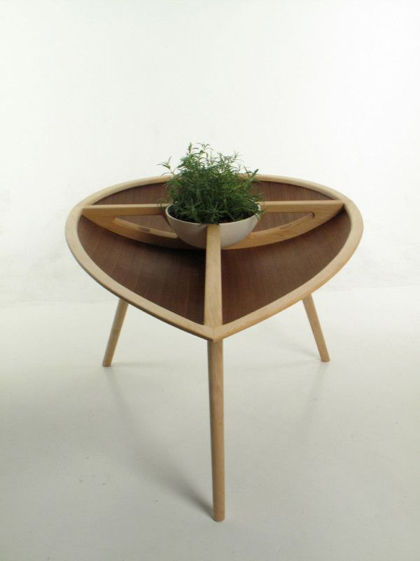 The Spire table features a central porcelain bowl that can be used for planting herbs or keeping fruit and comes in 2 sections that can be removed.