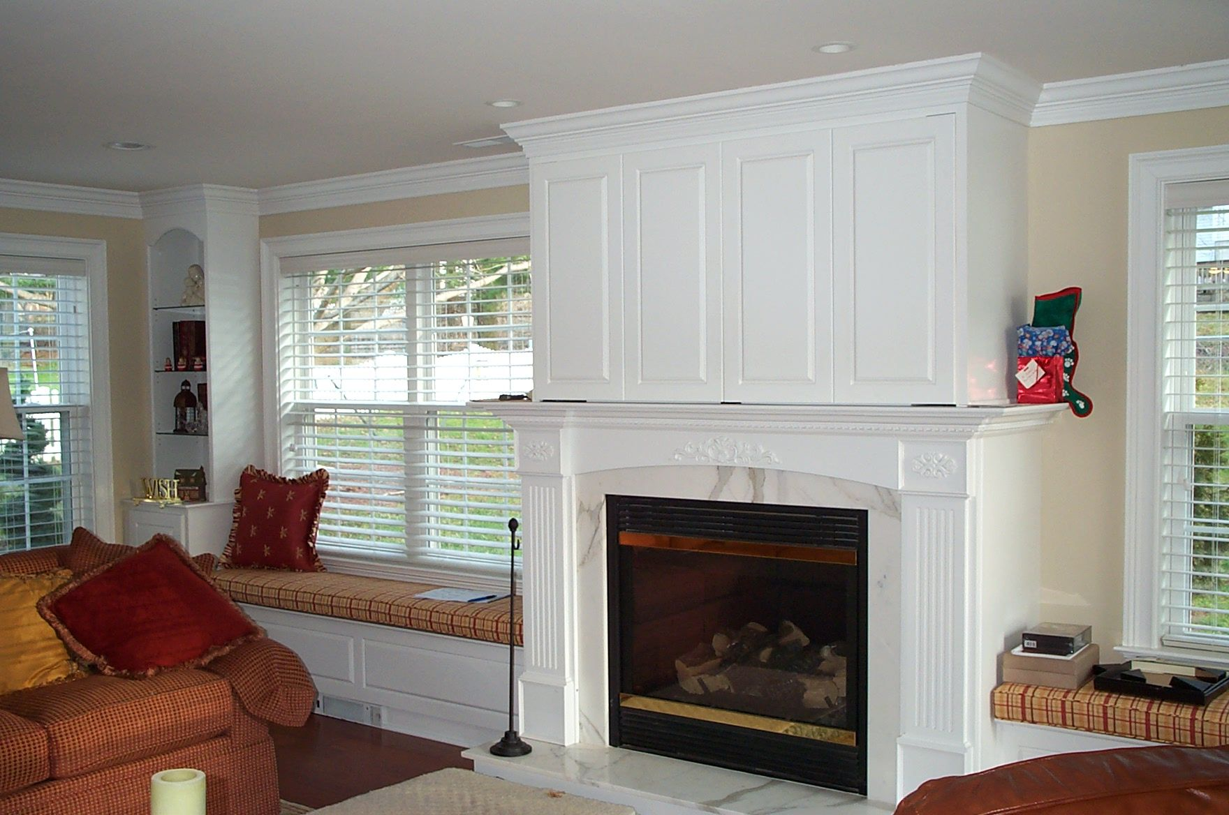 Munz Construction Built-In aound fireplace