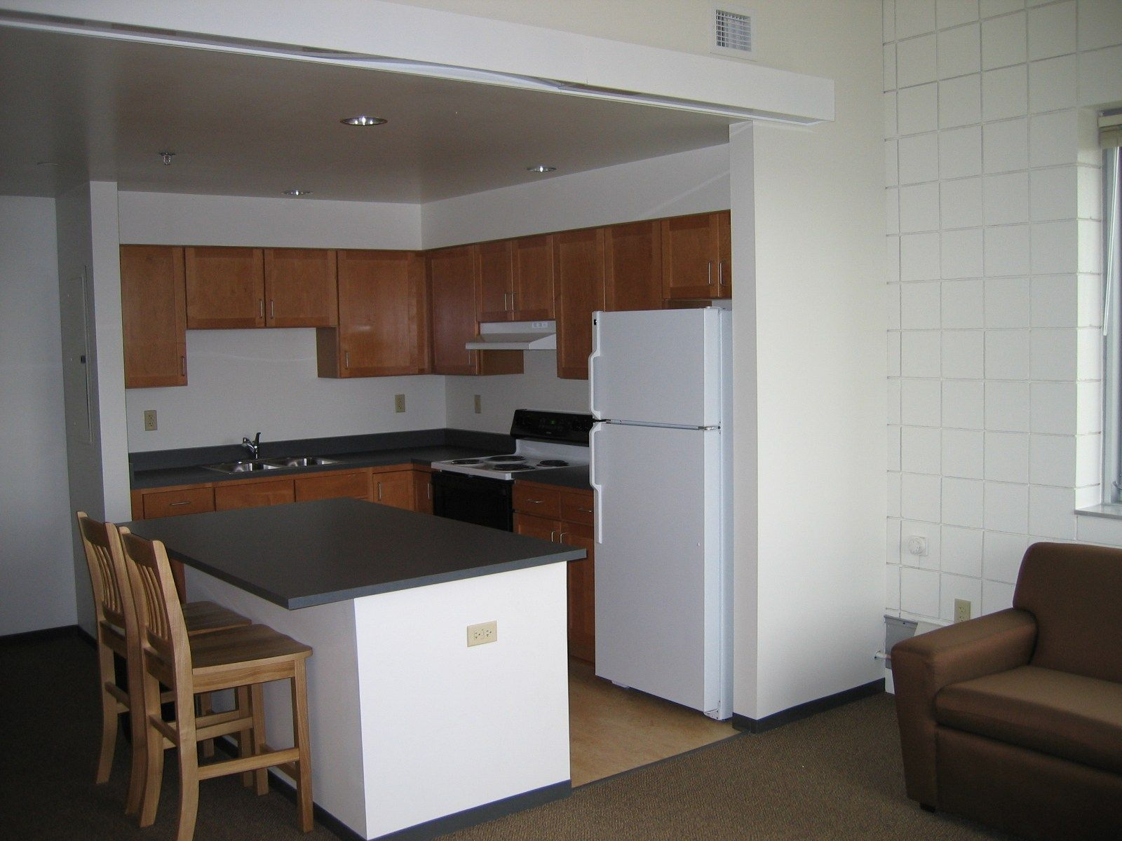 38 Idea Dekorasi Dapur Untuk Apartment Dan Kondominium Yang Kecil Dan Comel Galley Kitchen Design Small Kitchen Bar Small Galley Kitchen Designs