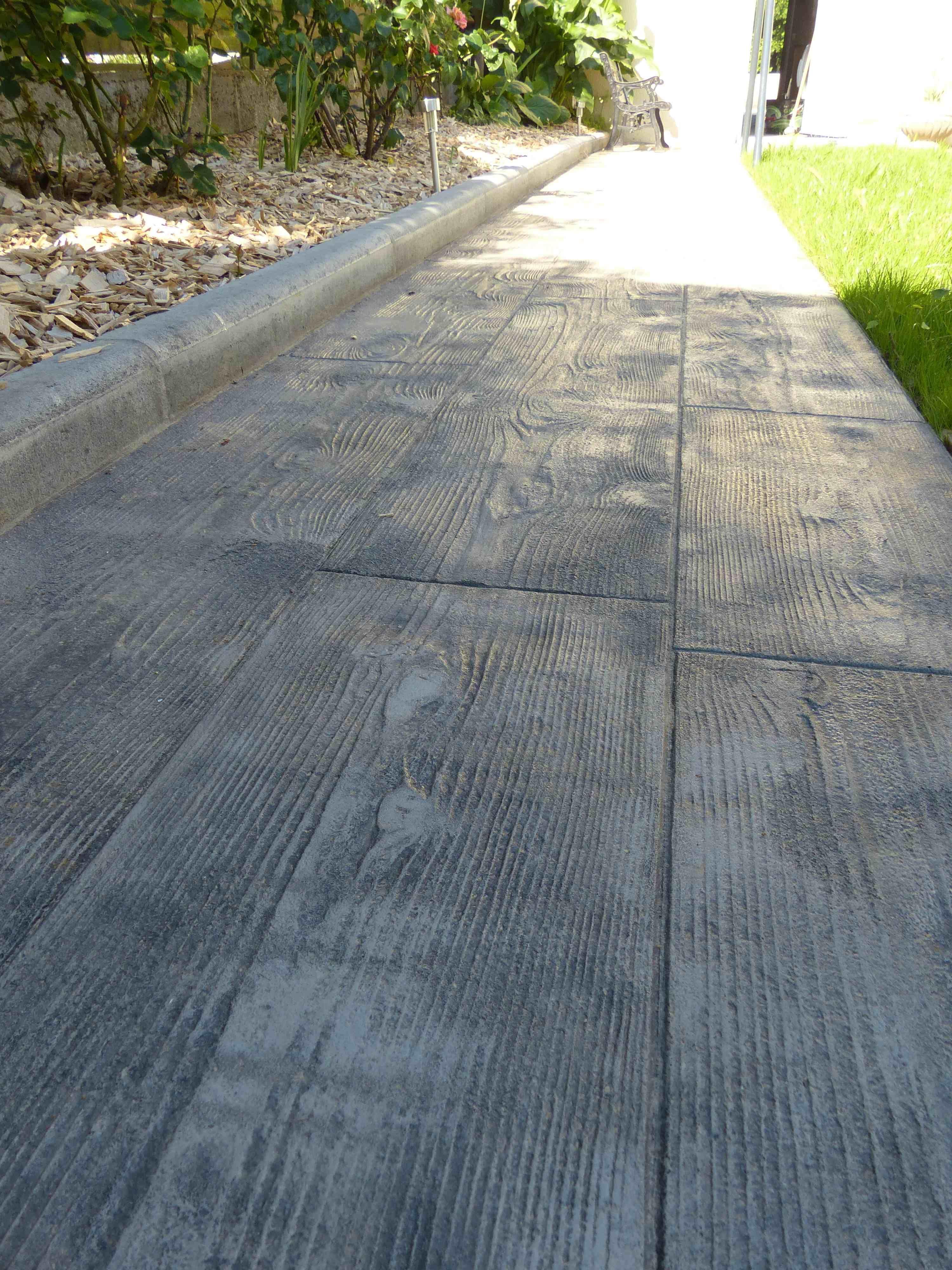 Une allée réalisée en béton imprimé déco gris l\'aspect du bois sans ...