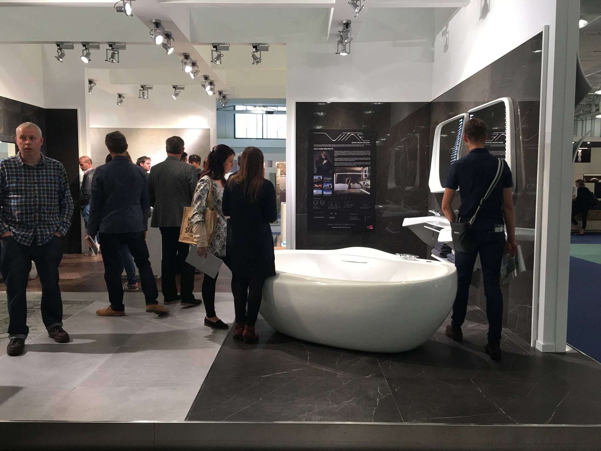 100% Design - #London. @porcelanosa da a conocer la nueva materia cerámica de gran formato XLIGHT Premium #URBATEK en el baño #Vitae #Zaha #Noken - #Porcelanosa #100design #bathroom #baño #marble #design #architecture #furniture