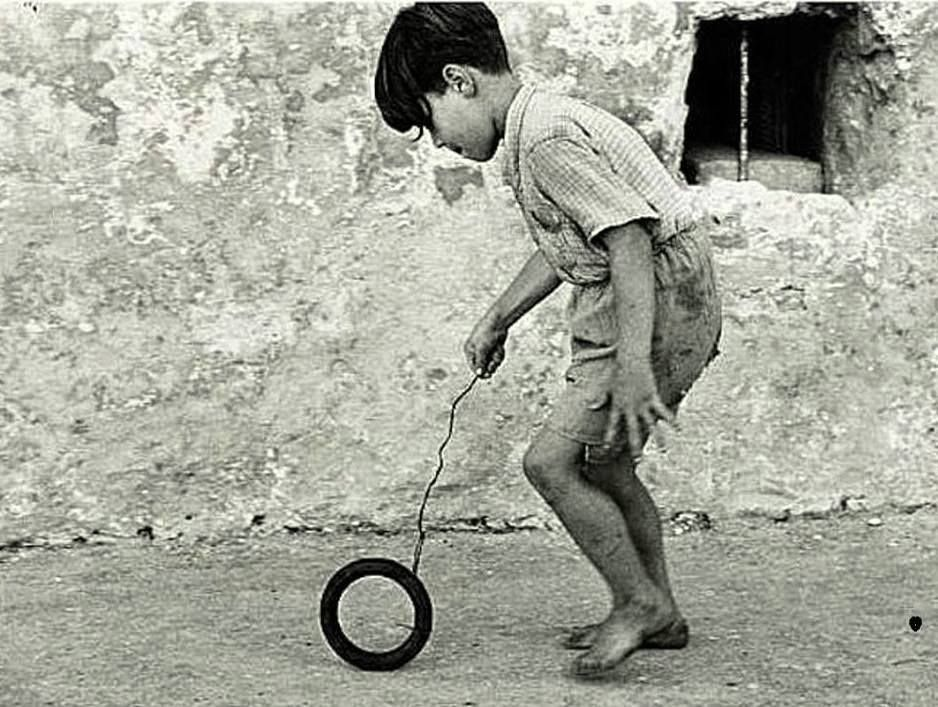 Τα παιδία παίζει....Αρχείο: Σπάνιες φωτογραφίες από τότε που τα παιδιά έπαιζαν
