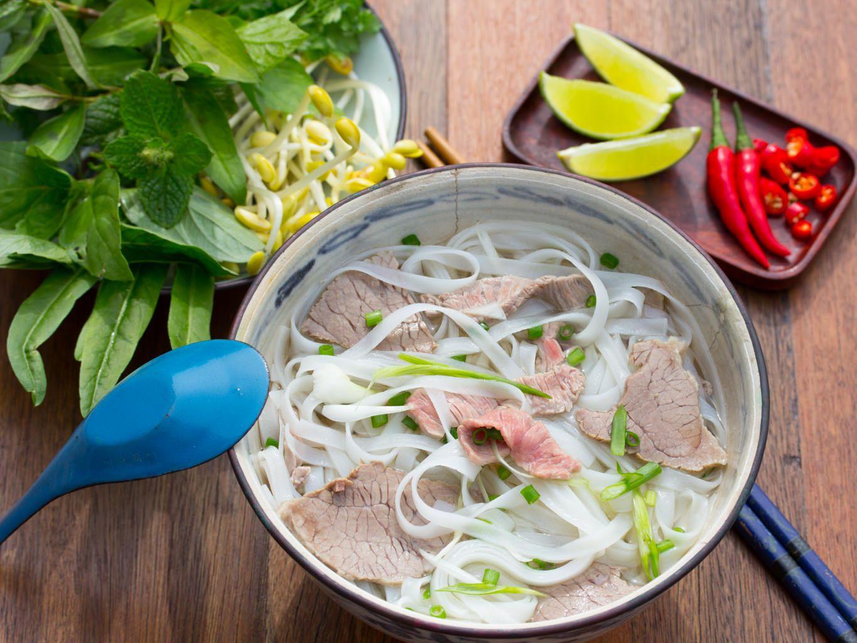 Vietnamesische Nudelsuppe Pho Bo Hanoi | Rezept | Vietnamesisch ...
