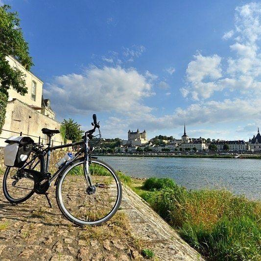 Une petite pause à vélo pour apprécier les châteaux de la Loire... joli, non ? 🚲👍
