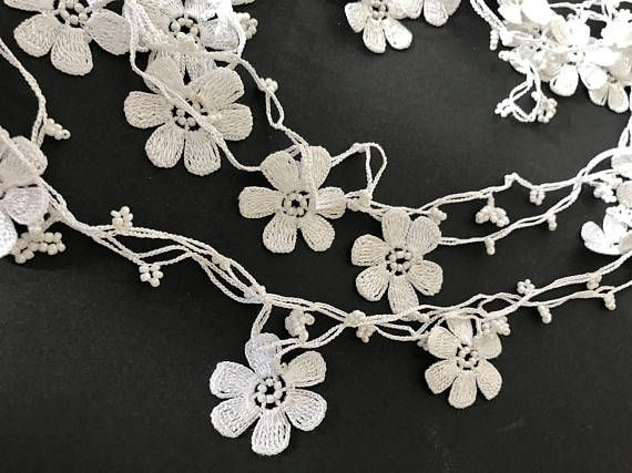 White daisy flowers the thread used in white lace. Handcrafted crochet necklace. Made from Lace yarn is polyester. Do not bleed in colors can be washed and ironed at 30 degrees. You can make variations on the colors you want, but I can give you time as well. We have wholesale. There