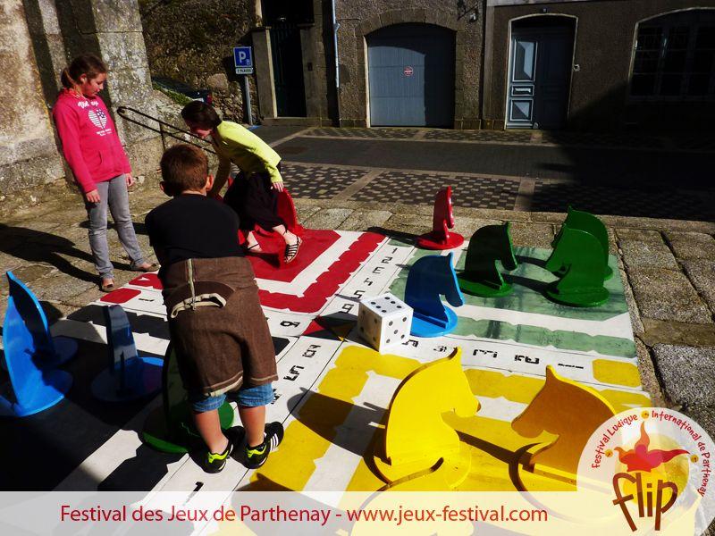 Festival du jeux à Parthenay du 9 au 20 juillet ... Des jeux géants surdimensionnés dans tout le centre ville de Parthenay pendant le Festival des Jeux