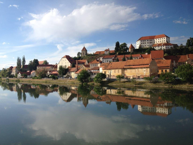 Ptuj ist die älteste Stadt Sloweniens. Die bezaubernde Altstadt mit dem Schloss hoch oben ist gut zu Fuß zu entdecken und vom anderem Ufer aus mit der breiten Drau im Vordergrund besonders fotogen. Caroline Kaltenreiner