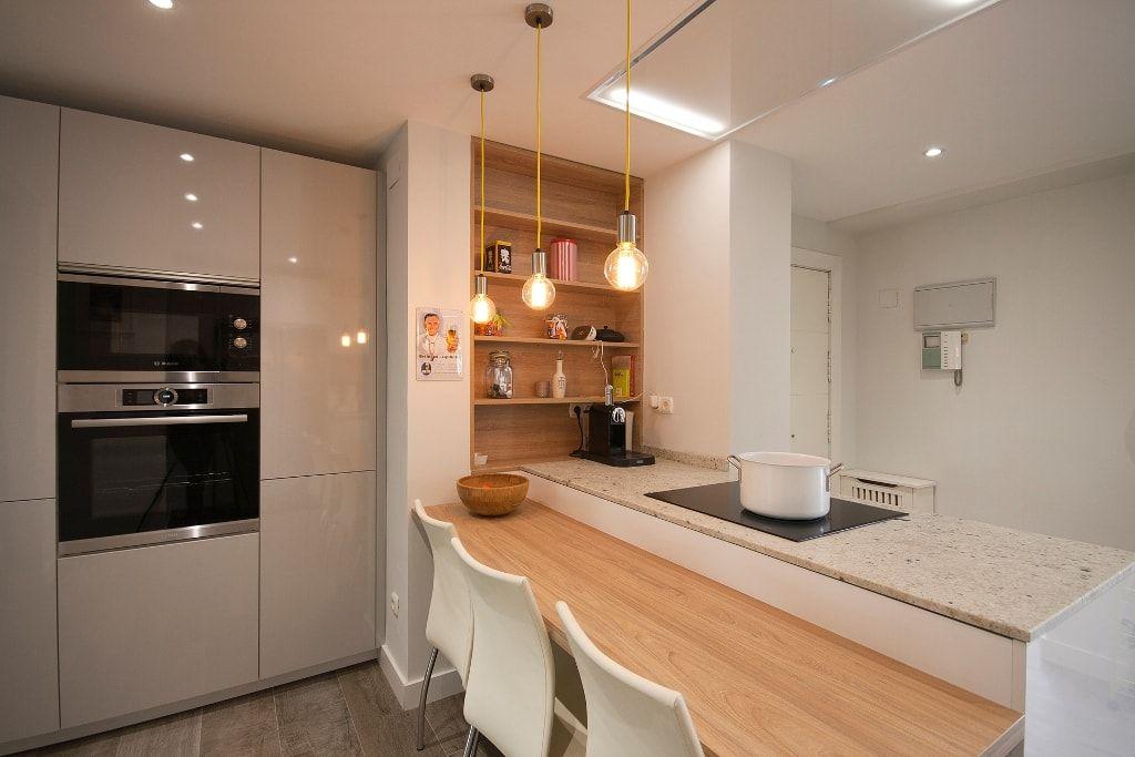 cocina-blanca-con-barra-madera-santos-brezo-3 | Cocinas | Pinterest ...