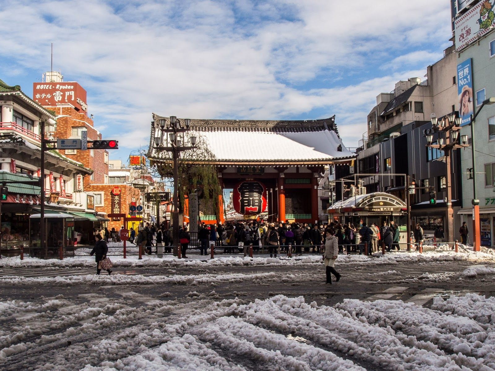 Again from my Nihon Arekore blog, Asakusa's Kaminarimon after Saturday's big snow -this was taken on the morning of Sunday, February 9.