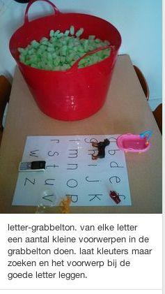 Een grabbelton waarin verschillende voorwerpen zitten die met bepaalde letters…