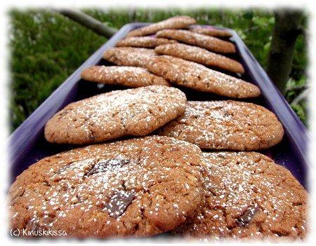 Tässä tosi herkullinen suklaakeksien resepti (kiitos Annalle!), johon saa vaihtelua eri suklaalaaduilla (kts minttusuklaaversio). Suosikkini on tämä tumman ja maitosuklaan yhdistelmä (puolet kumpaakin). Onnistuneen lopputuloksen juju on riittävän lyhyt paistoaika. Keksejä kannattaa pitää uunissa vain niin kauan, että taikina on juuri ja juuri kypsynyt (ei siis missään nimessä kovettunut!). Näin keksit jäävät ihanan pehmeiksi! 250 […]