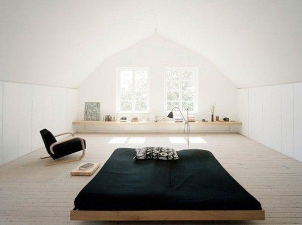 Door zwart en wit met hout te combineren wordt een kamer minder
