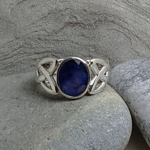 Anello realizzato in argento 925 massiccio con zaffiro blu naturale. Pezzo unico di oreficeriAlternativa su Etsy