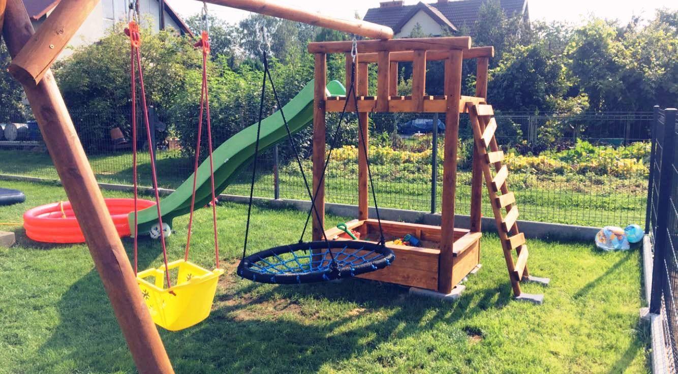 Plac Zabaw Dla Malych Odkrywcow Swietnej Zabawy Zjezdzalnia Bocianie Gniazdo Hustawka I Piaskownica Plac Backyard Swings Backyard Design Backyard Decor