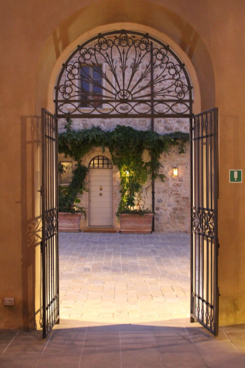 love this wrought iron work. Great idea for my entrance porch ...