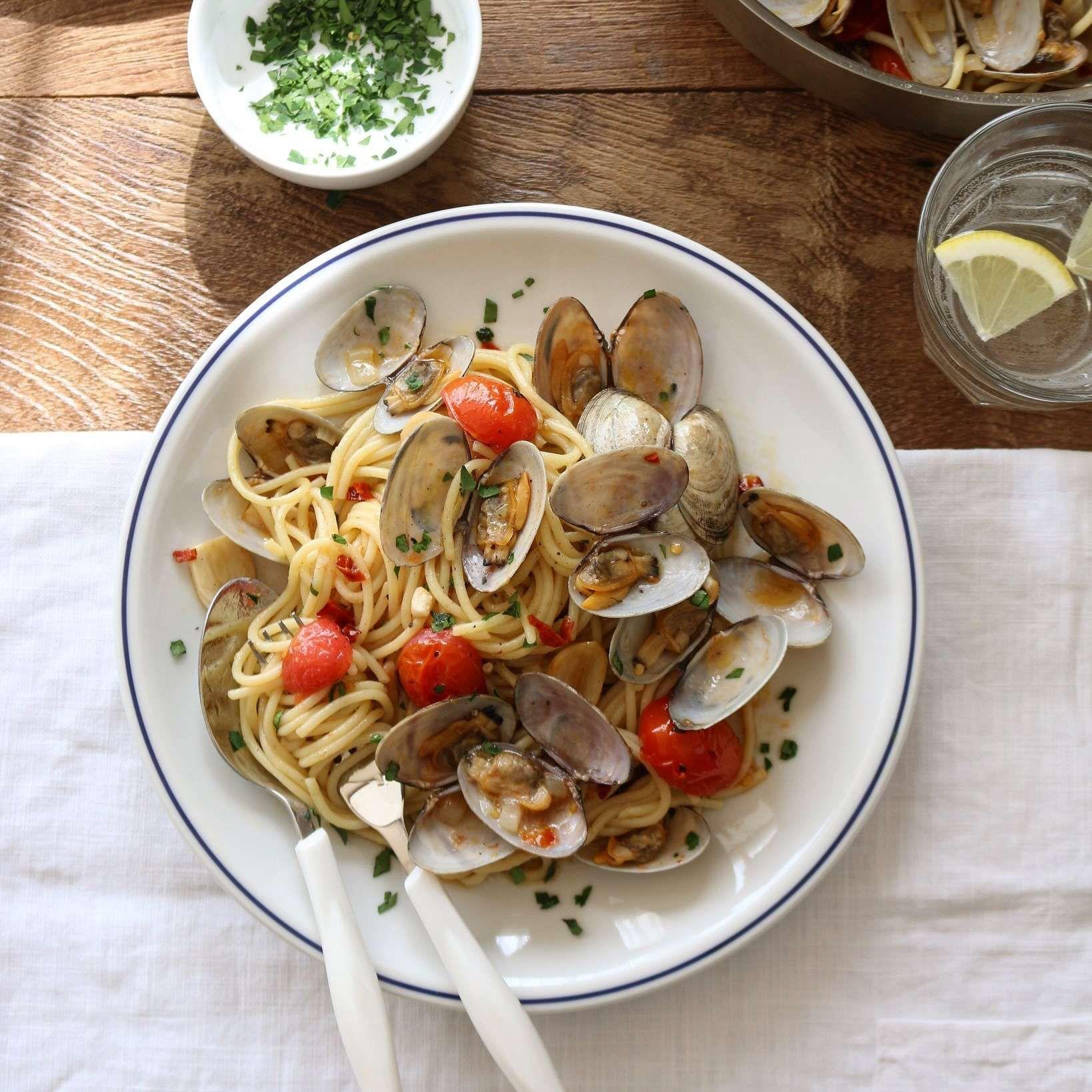 이탈리아어로 조개를 의미하는 봉골레! 바지락을 듬뿍 넣어 감칠맛을 살린 봉골레 파스타를 준비해봤어요. 간단하지만 분위기 있는 식탁을 만들어주는 마법 같은 요리랍니다. 봉골레 파스타로...