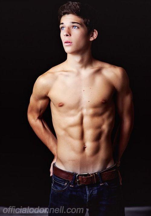Shirtless durchschnittliche Jungs