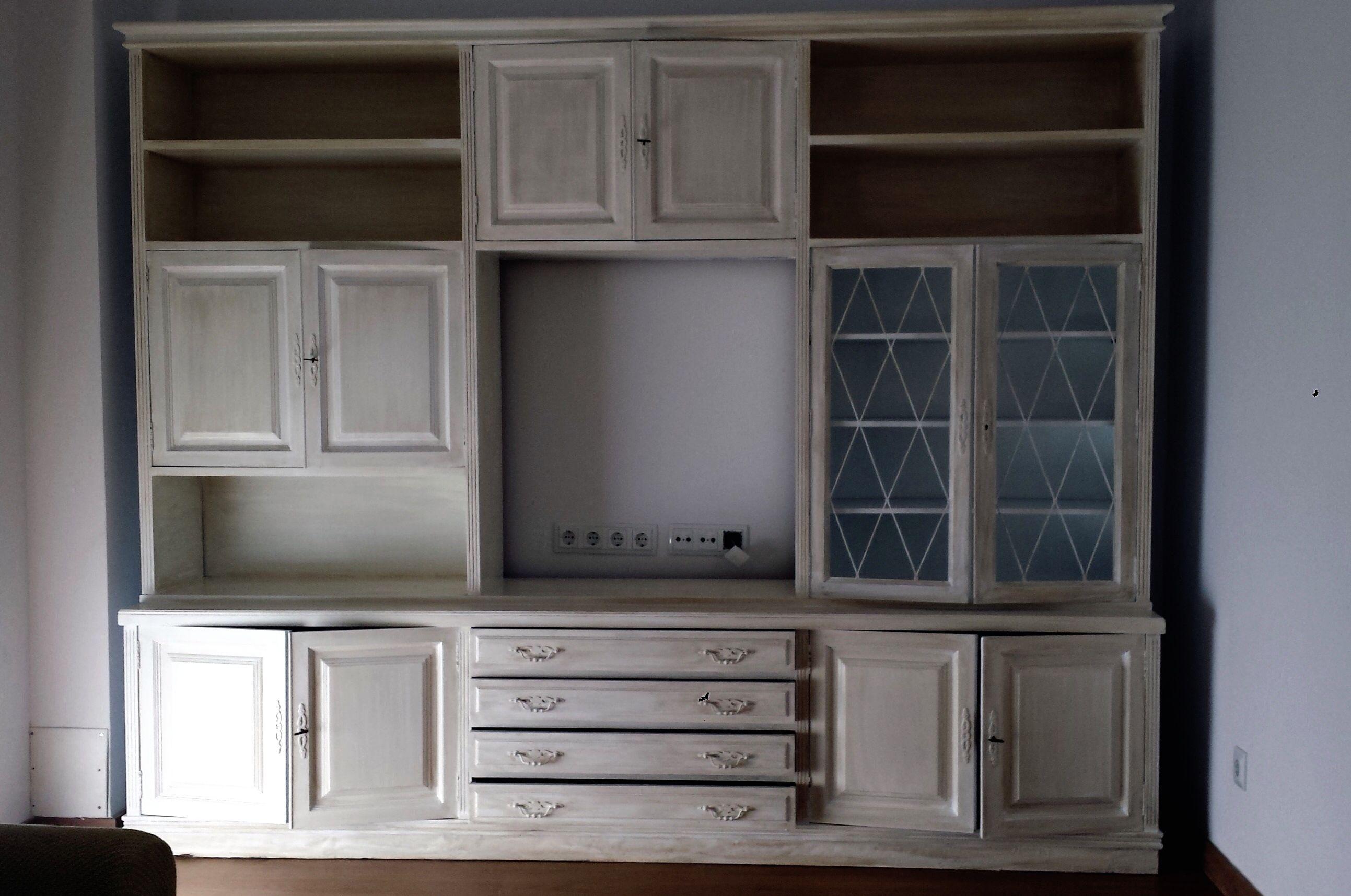 Mueble compacto conformado por distintos elementos de estilo clásico ...