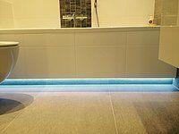 Led strips in de badkamer zorgen voor een fraai en modern effect