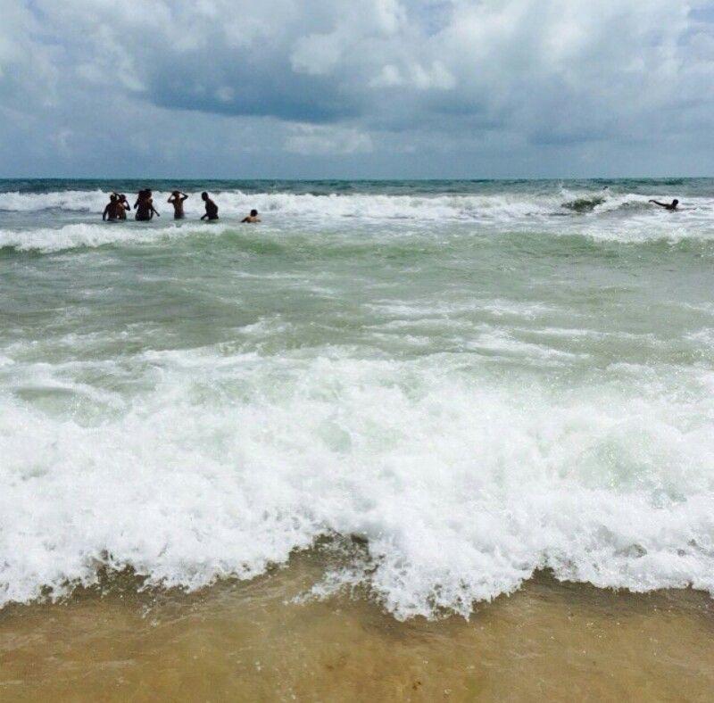 Aqui nesta praia onde Não há nenhum vestígio de impureza, Aqui onde há somente Ondas tombando ininterruptamente, Puro espaço e lúcida unidade, Aqui o tempo apaixonadamente Encontra a própria liberdade