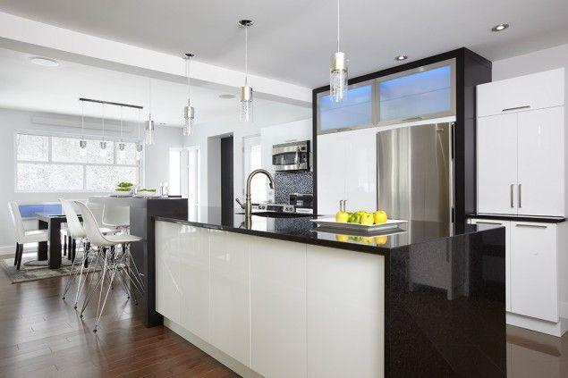 le lustre des portes d armoires en thermoplastique blanc. Black Bedroom Furniture Sets. Home Design Ideas
