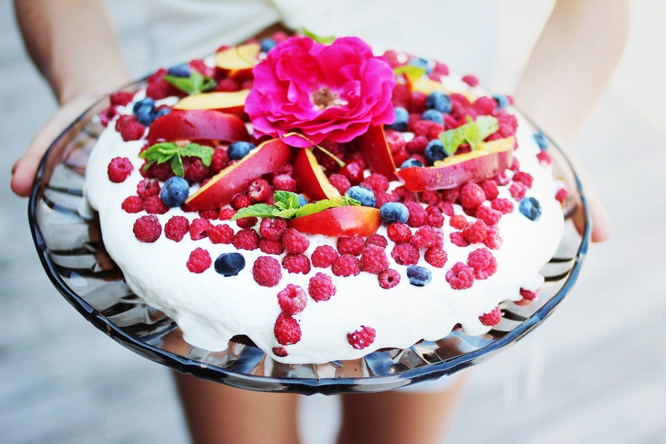 Grov gulrotkake med bær og krem - Lev med diabetes.no