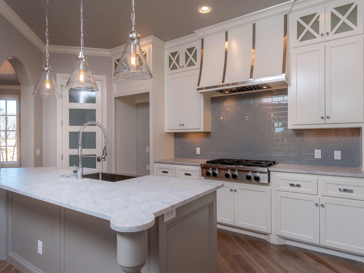 Grey and white kitchen with granite island | Grau, weiße Küchen und ...