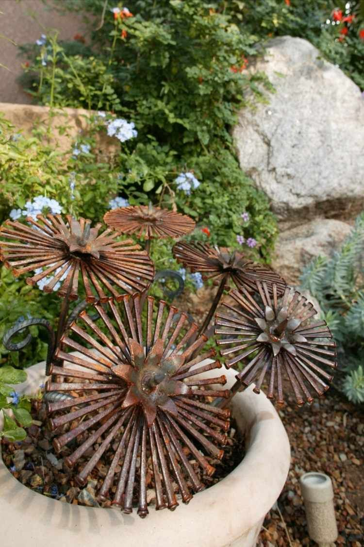 Rusty machine parts for decoration in the garden for Rost kunst garten