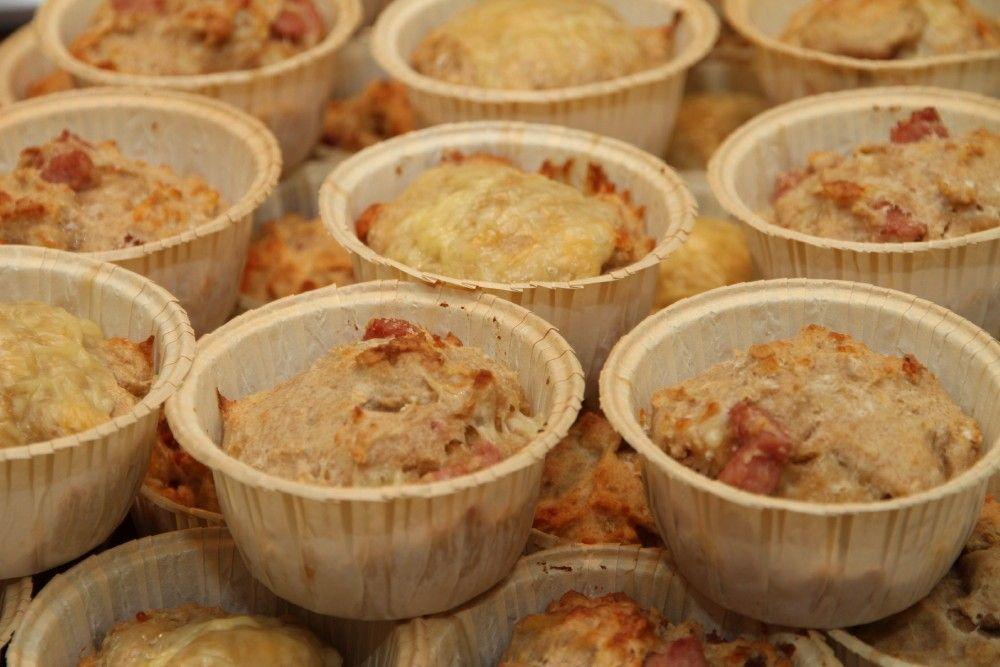 Disse ost- og skinkemuffinsene er kjempegode, grove og sunne. Jeg lager alltid en stor porsjon av disse muffinsene og fryser ned, slik at det bare er å ta opp fra frysen og ta med på skole eller jobb. Grove ost- og skinkemuffins:35 stk 8dl hvetemel 10 dl grovt mel 3 dl havregryn 2 ts salt …