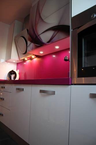 #diseño de #cocinas Diseño de cocinas en Aranjuez cocina moderna encimera fucsia modelo Rey blanco con vitrina personalizada #madrid #aranjuez