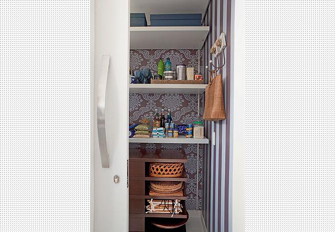 Detalhe no papel de parede no fundo do armário/despensa ...
