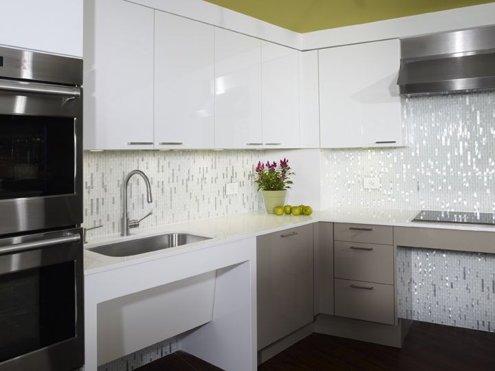 Stunning contemporary universally accessible kitchen #MagreetCevasco #VasiYpsilantis
