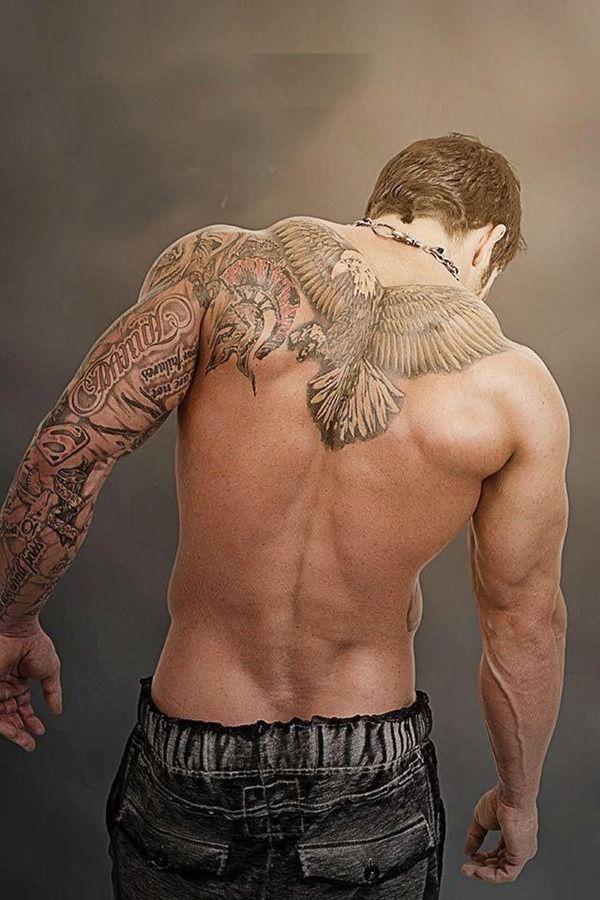tatouage aigle homme haut du dos