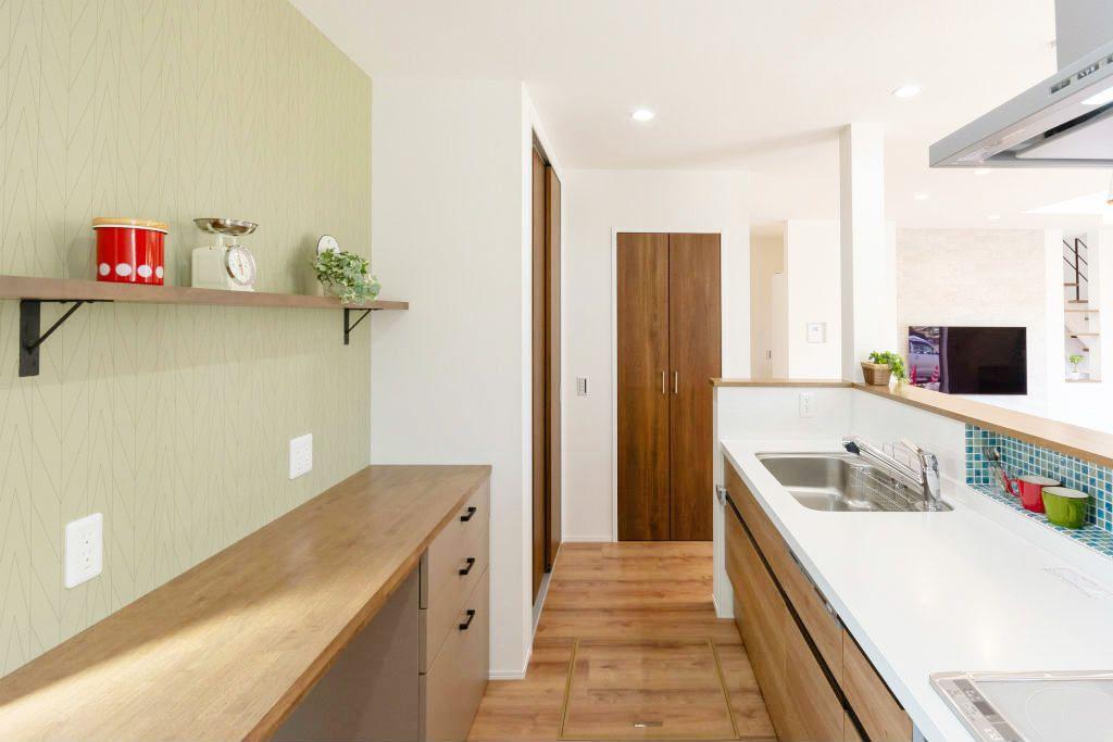 明るい壁紙のポップなキッチン キッチン アクセントクロス 明るい壁紙