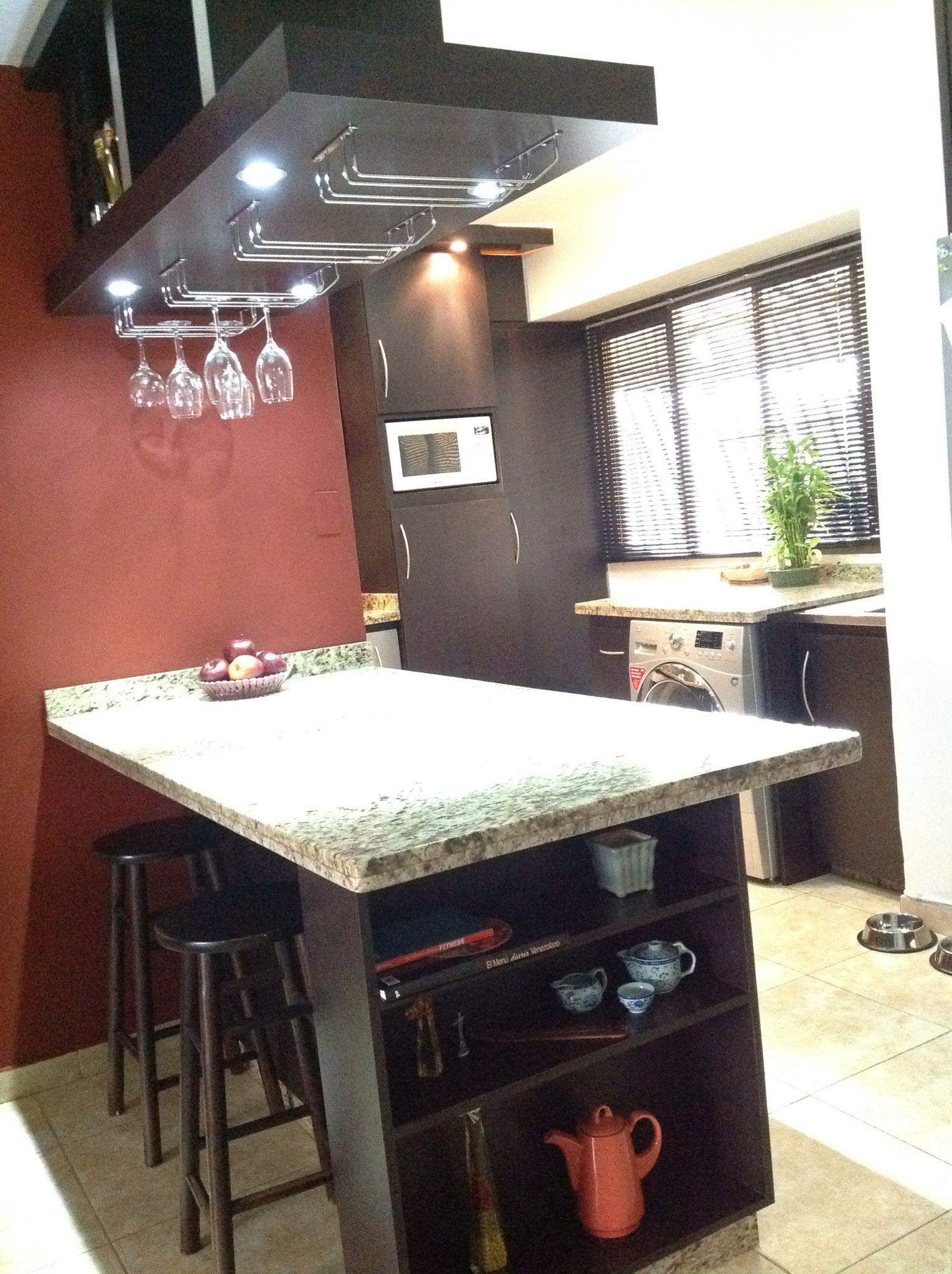 Mes n con repisa lateral funcional en un rea de cocina for Disenos de cocinas pequenas con barra