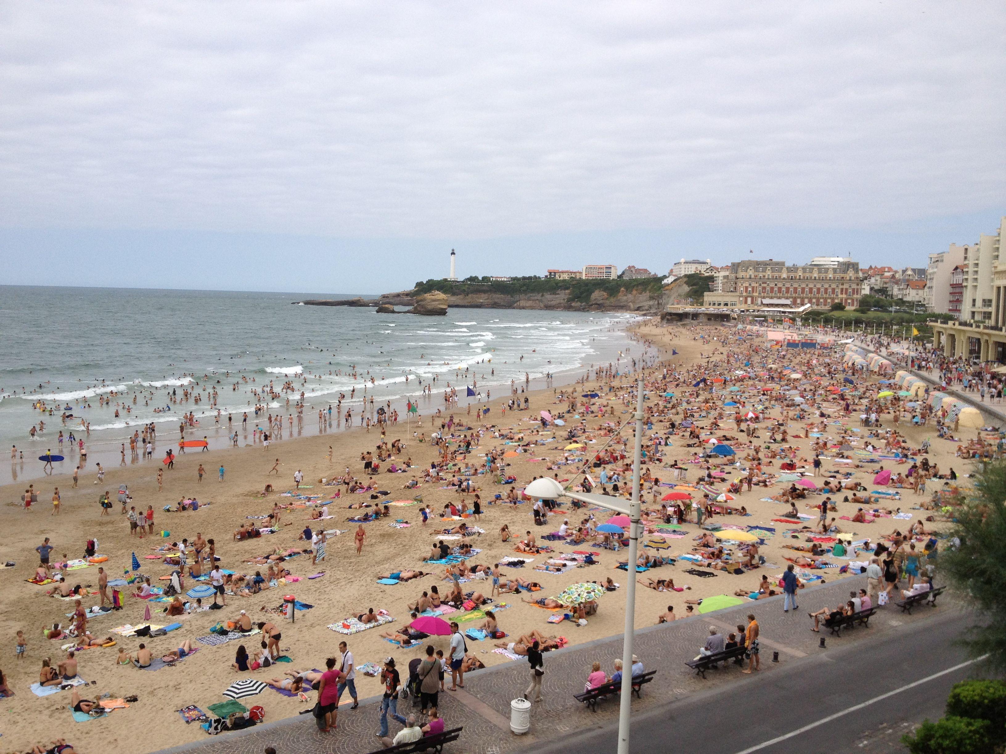 La grande plage Biarritz chouette et colorée
