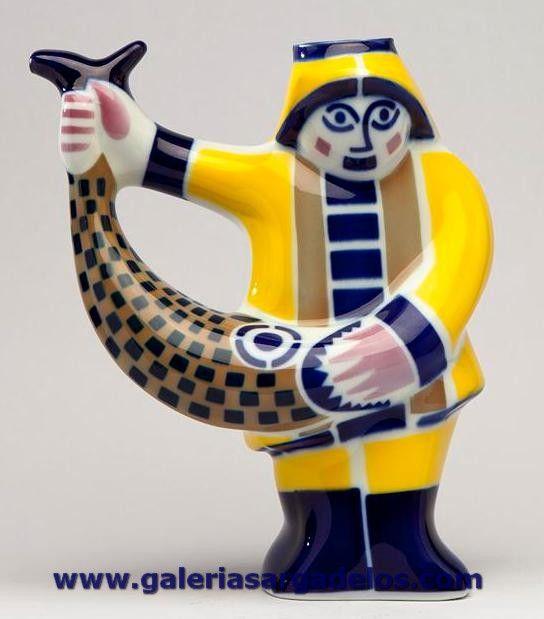 Una de las figuras más emblemáticas de Sargadelos. Combina el decorado amarillo sobrecubierta con el característico cromatismo azul y marrón de Sargadelos. Piezas de gran vitalidad y dinamismo.