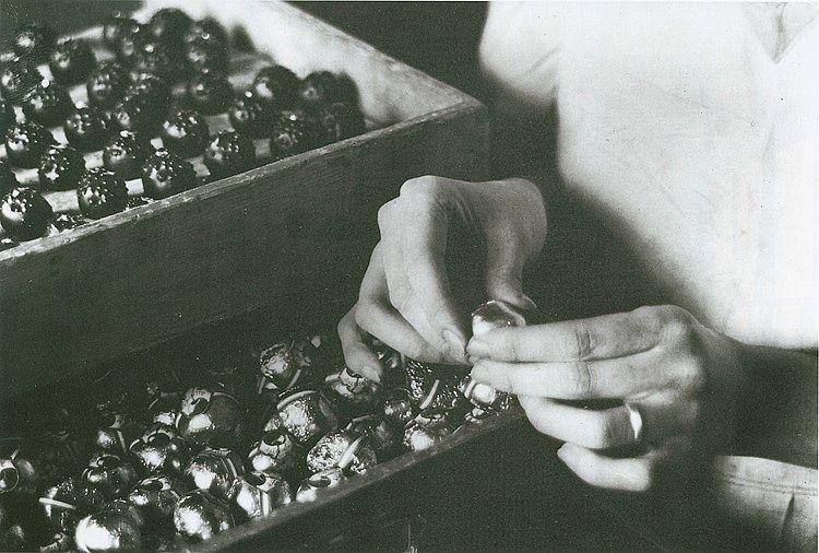 KünstlerIn Finsler, Hans Titel Hände beim Staniolieren Datierung 1927-28