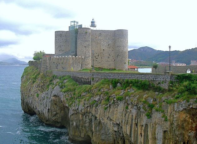 Castillo y faro de Santa Ana en Castro Urdiales