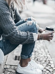 .A cute winter outfit for those warmer days. Via Jacqueline Mikuta. Top: Vivian Graf