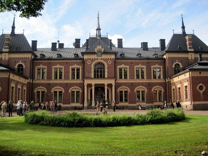 Nykyinen päärakennus,Malmgårdin linna,on uusrenesanssirakennus 1880-luvulta.Kaksikerroksinen,peittämättömästä tiilestä muurattu linnamainen kartanon päärakennus on saanut tyylivaikutteensa pohjoisranskalaisesta renessanssista.1800-luvun historismiin tukeutuvalle päärakennukselle on harvoja vastineita Suomessa.